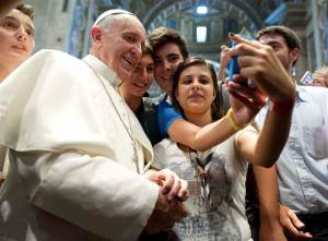 2D10932659-pb-130829-pope-selfie-630a.blocks_desktop_large